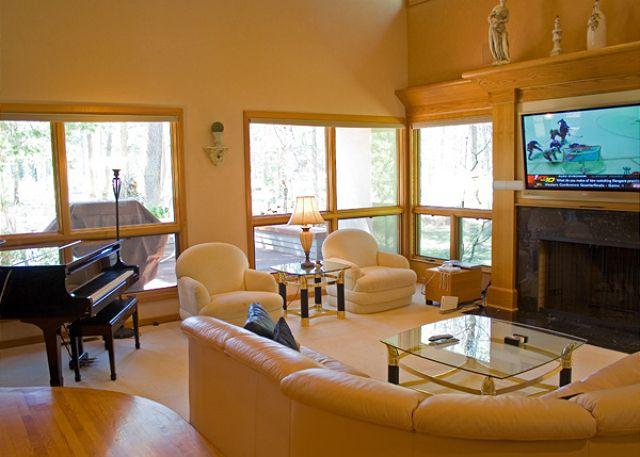 Living Room - Upscale Sunriver Home with 3 Master Suites and Pool Table On Golf Course - Sunriver - rentals