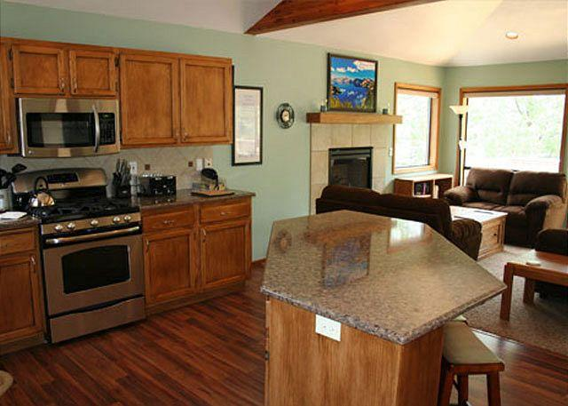 Pet friendly Sunriver home with AC and Bikes Near SHARC - Image 1 - Sunriver - rentals