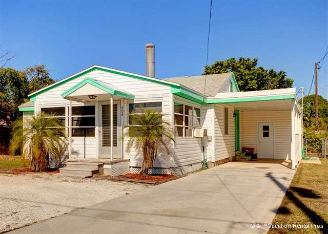 There's plenty of room to park your boat! - Albee Sunset Cottage, 1 block to Nokomis beach, sleeps 8 - Nokomis - rentals