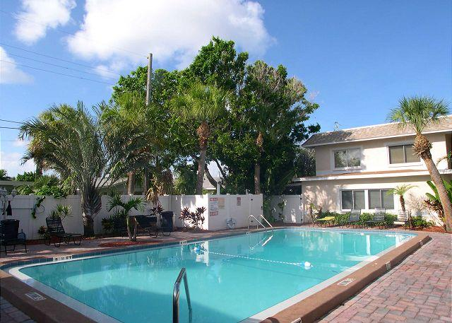 Tropical Courtyard Pool - Waves 16 - 2nd floor condo overlooking courtyard pool!  BBQ, Free Wifi & W/D! - Saint Pete Beach - rentals