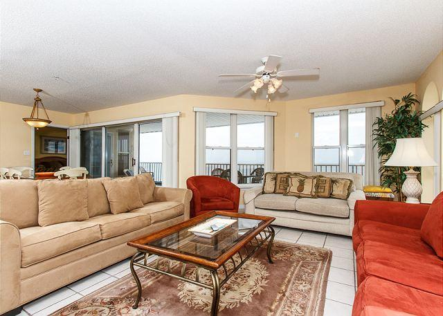 Upscaled living room offers tons of space and comfort - TP 601: Spacious, colorful penthouse- balcony, whirlpool tub, pool, BBQ area - Fort Walton Beach - rentals