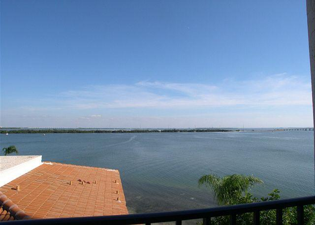 Isla Del Sol - Bahia P-406  4th floor corner condo with panoramic views! - Image 1 - Saint Petersburg - rentals