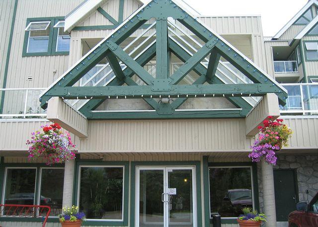 Private top floor end unit,big hot tub in lodge,free parking/internet - Image 1 - Whistler - rentals