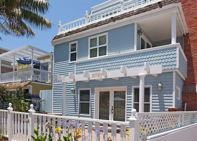 814 Monterey Court - Exterior - Beautiful Victorian style  4-bed beach house w/patio.  Close to Ocean & Bay! - Pacific Beach - rentals