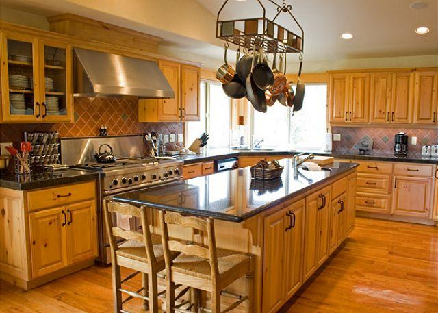 Kitchen - Upscale Sunriver Home Inviting Views and 3 Master Suites On the Golf Course - Sunriver - rentals