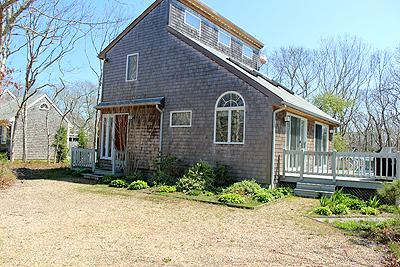 1340 - CHEERFUL CONTEMPORARY HAS MUCH TO OFFER AS A VINEYARD GET-AWAY - Image 1 - Edgartown - rentals