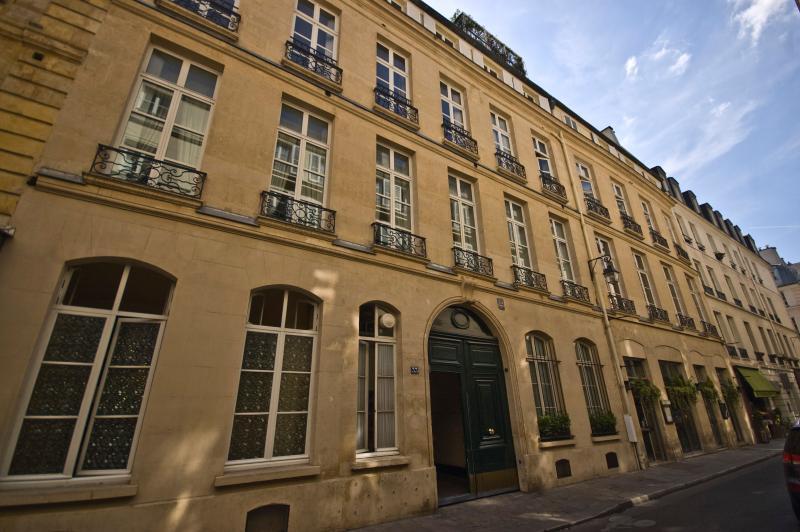 Elegant and Quiet Paris Apartment on the Left Bank - Rue de Verneuil - Image 1 - Paris - rentals