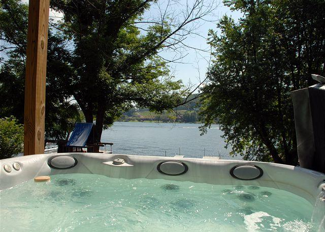 Hot Tub - Lakeside Lodge - McHenry - rentals