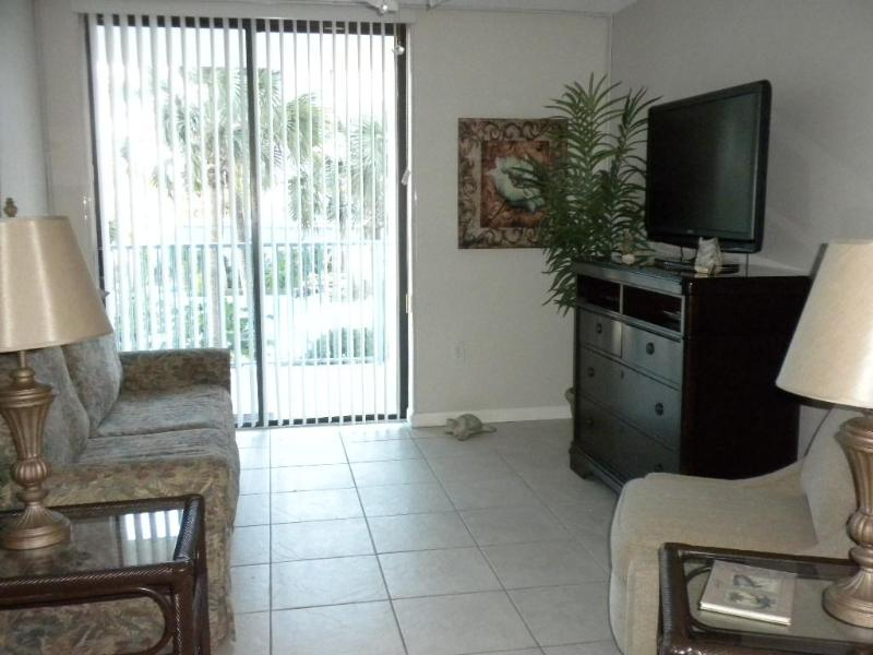 Living Room - JUNE 11 TO JUNE 15 IS AVAILABLE!! CALL NOW TO RESERVE THESE SPECIAL DATES!! - Gulf Shores - rentals