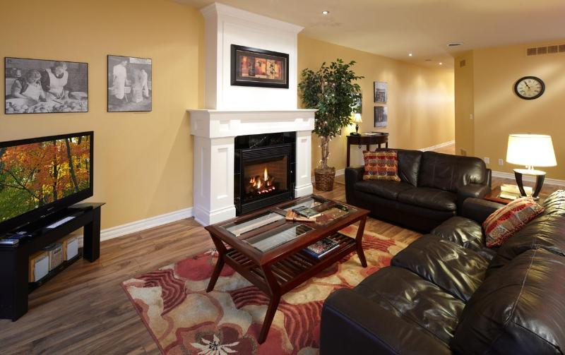 Cosy Living room with pull-out sofabed - Boutique 2 Bedrm huge historic loft, steps to all - Niagara-on-the-Lake - rentals