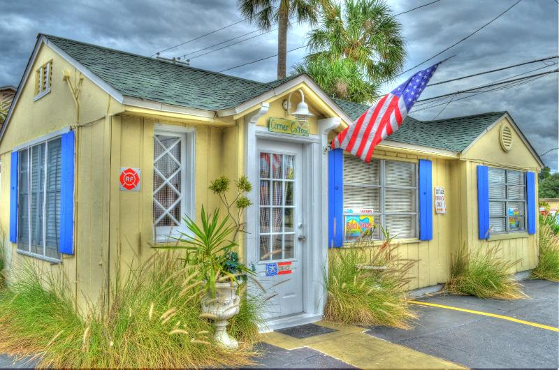 Corner Cottage Historic one bedroom house - Beach Cottages are Fun/Pets Ok/ Steps to the Sand - Clearwater - rentals