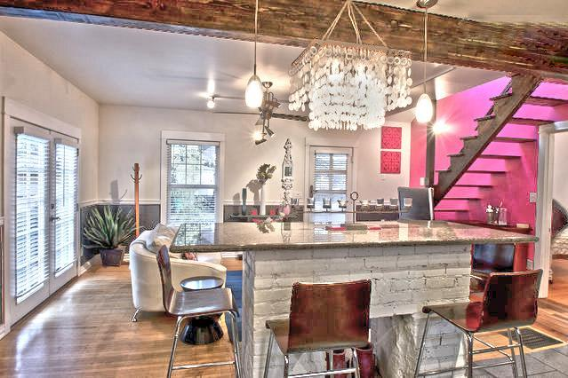Gorgeous central island table - Stunning Portland Flat - Prime SE Loctn - ZenPatio - Portland - rentals