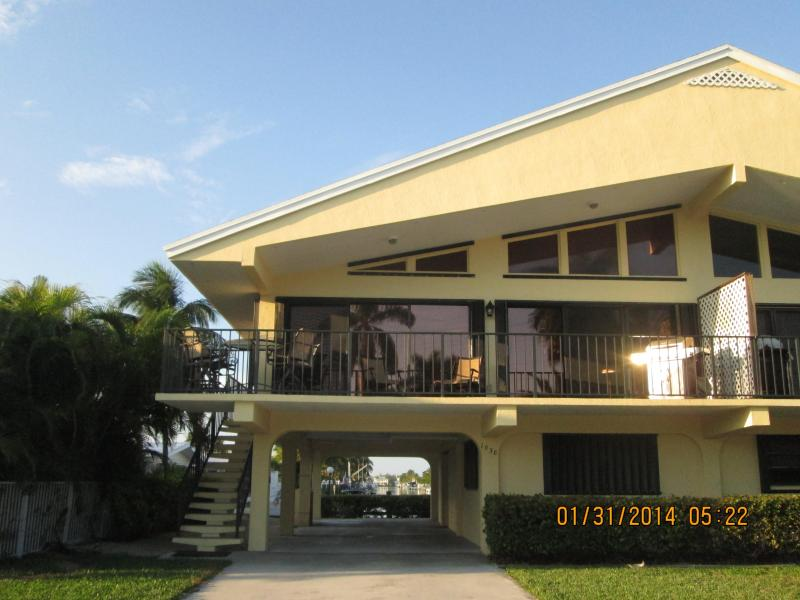 1038 W. Ocean Dr. KCB 33051 - Stilted duplex 2 BRM/2BA w/ 30' boat dock; cvd. carport;grass for dogs - c/i 3/26-4/2 c/o or c/i 4/16+ avail.  WATER VIEWS! - Key Colony Beach - rentals