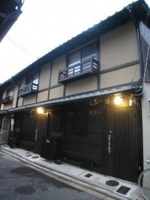 House front - middle of these three houses in a row - Artist's Machiya in the Heart of Kiyomizu, Gion - Kyoto - rentals