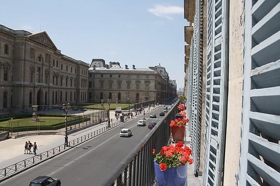 Facing the Louvre 2 BR, 2 BA -5 guests Rue de l'Or - Image 1 - Paris - rentals