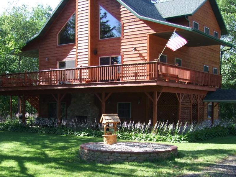 Devil's Lodge is located on 3 park-like acres, very close to Dells attractions - Devil's Lodge - Luxurious Family Vacation Home - Wisconsin Dells - rentals