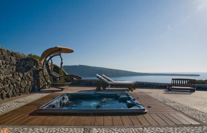 The front yard with the outdoor jacuzzi  for 8 persons. - SWINGING  SUNSET  VILLA -  Swimming Pool & Spa - Oia - rentals