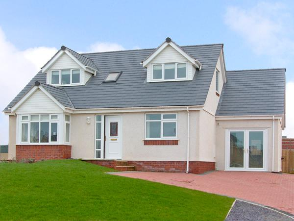 5 CAE DERWYDD, pet friendly, with a garden in Cemaes Bay, Isle Of Anglesey, Ref - Image 1 - Cemaes Bay - rentals