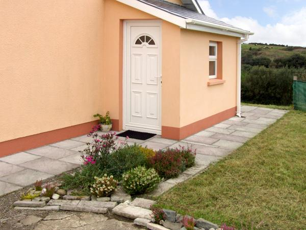 BANTRY APARTMENT, romantic, country holiday cottage, with a garden in Bantry, County Cork, Ref 3642 - Image 1 - Bantry - rentals