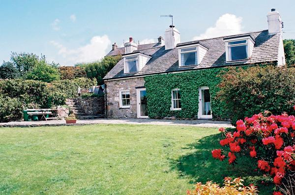 BRONWYDD, pet friendly, character holiday cottage, with a garden in Llanbedrog, Ref 996 - Image 1 - Llanbedrog - rentals