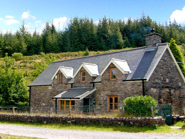 COCH GWAN, pet friendly, character holiday cottage, with a garden in Llan Ffestiniog, Ref 2648 - Image 1 - Llan Ffestiniog - rentals