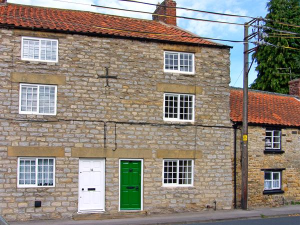 CROOKED COTTAGE, pet friendly, character holiday cottage, with open fire in Kirkbymoorside, Ref 3588 - Image 1 - Kirkbymoorside - rentals