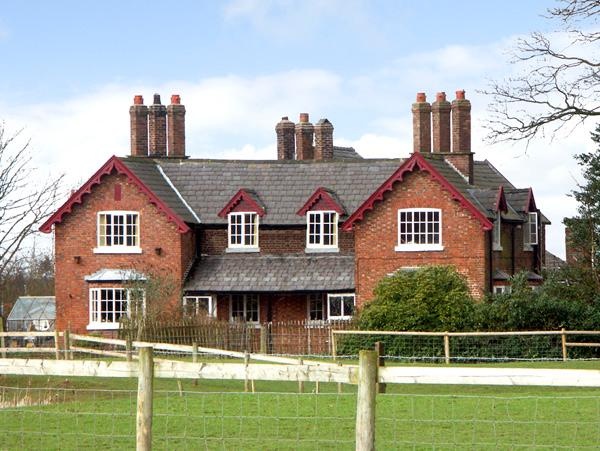 DAIRY APARTMENT 2, character holiday cottage, with a garden in Tatton Park, Ref 2297 - Image 1 - Tatton Park - rentals