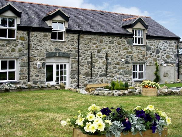 DERI LLEWELYN, pet friendly, character holiday cottage, with a garden in Rowen, Ref 1639 - Image 1 - Rowen - rentals