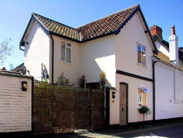 FIRKIN COTTAGE, country holiday cottage, with a garden in Wymondham, Ref 2108 - Image 1 - Wymondham - rentals