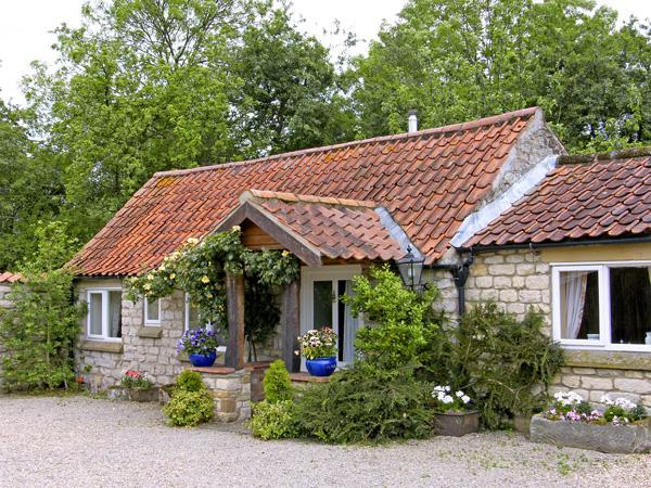 FOXGLOVE COTTAGE, romantic, country holiday cottage, with a garden in Harome, Ref 3537 - Image 1 - Harome - rentals