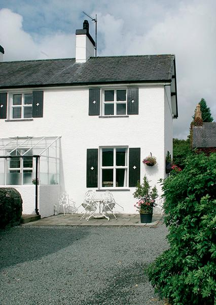 GARDENERS COTTAGE, pet-friendly, character holiday cottage, with a garden in Talhenbont Hall Country Estate, Ref 383 - Image 1 - Chwilog - rentals