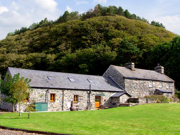 GLASFRYN BARN, family friendly, character holiday cottage, with a garden in Harlech, Ref 2093 - Image 1 - Harlech - rentals