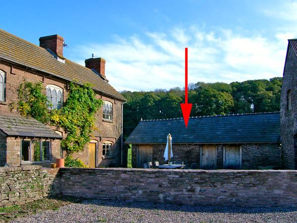 THE STABLES, pet friendly, character holiday cottage, with a garden in St Weonards, Ref 2893 - Image 1 - Saint Weonards - rentals