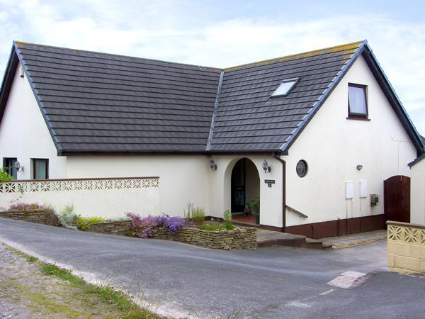 HERONS REACH, pet friendly, country holiday cottage, with a garden in Pembroke, Ref 3566 - Image 1 - Pembroke - rentals
