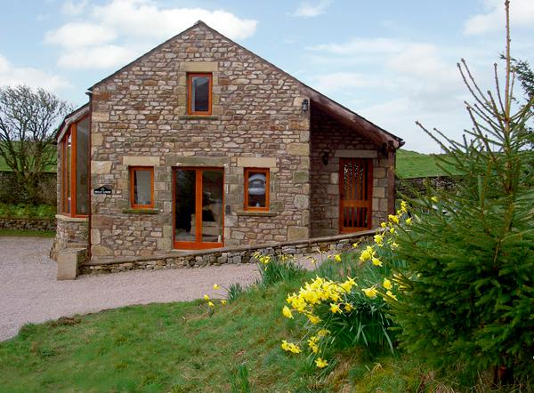 HOLLY LODGE, pet friendly, character holiday cottage, with a garden in Giggleswick, Ref 993 - Image 1 - Giggleswick - rentals