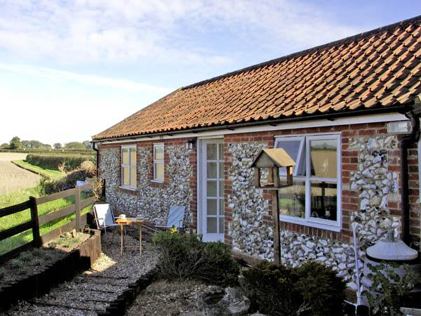 LA PETITE MAISON, pet friendly, country holiday cottage, with a garden in Litcham, Ref 2801 - Image 1 - Litcham - rentals