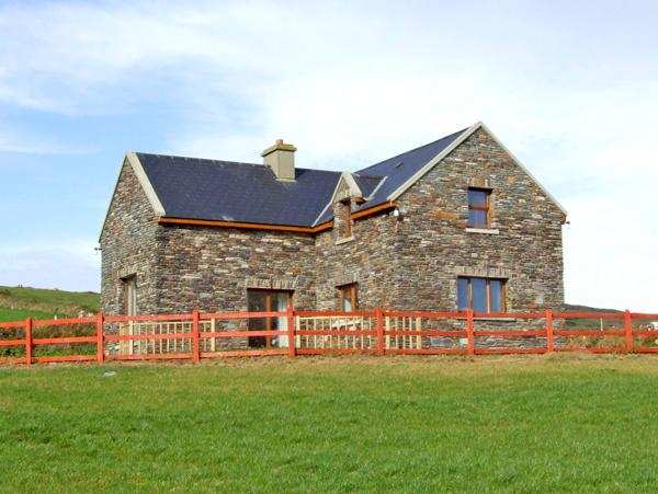 LAUREL COTTAGE, pet friendly, with a garden in Goleen, County Cork, Ref 2398 - Image 1 - Goleen - rentals