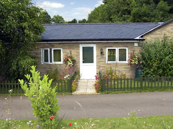 LITTLE LODGE 2, romantic, country holiday cottage, with a garden in Bylaugh, Ref 3580 - Image 1 - Bylaugh - rentals