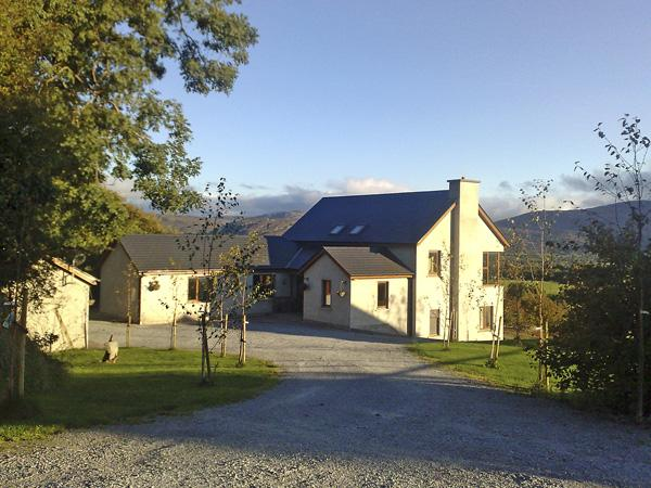MANGERTON VIEW, family friendly, country holiday cottage, with a garden in Killarney, County Kerry, Ref 2465 - Image 1 - Killarney - rentals