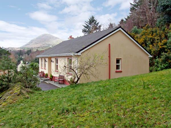 OAK VIEW, family friendly, country holiday cottage, with a garden in Lauragh, County Kerry, Ref 2945 - Image 1 - Lauragh - rentals