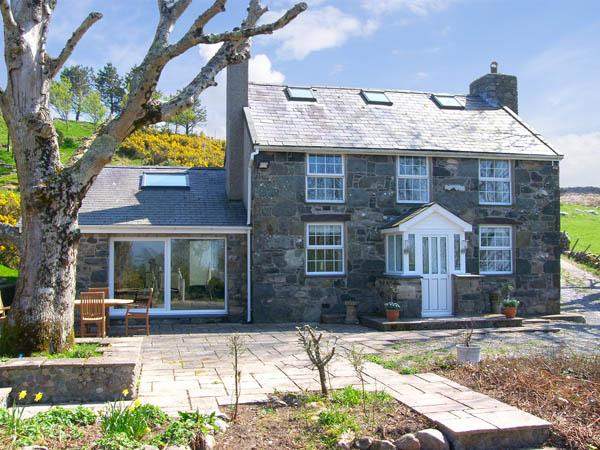 OWL FARMHOUSE, family friendly, luxury holiday cottage, with a garden in Caernarfon, Ref 2992 - Image 1 - Caernarfon - rentals