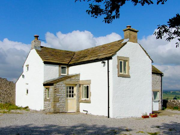 LEES FARM, pet friendly, character holiday cottage, with a garden in Priestcliffe Near Bakewell, Ref 2681 - Image 1 - Bakewell - rentals