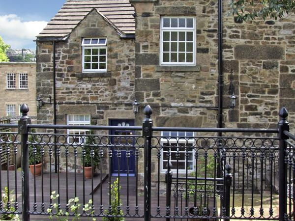 BANK HOUSE, family friendly, character holiday cottage, with a garden in Matlock, Ref 3545 - Image 1 - Matlock - rentals
