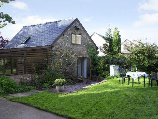 PEMBRIDGE COTTAGE, pet-friendly, en-suites, lawned garden in Welsh Newton, Ref 1601 - Image 1 - Welsh Newton - rentals
