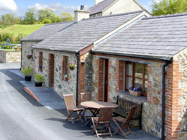 PENRALLT COTTAGE, character holiday cottage, with a garden in Y Felinheli, Ref 1499 - Image 1 - Y Felinheli - rentals