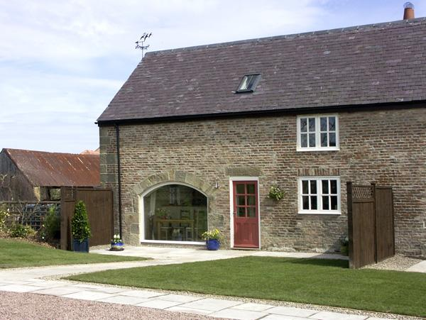 THE GRANARY, family friendly, luxury holiday cottage, with a garden in - Image 1 - Longframlington - rentals
