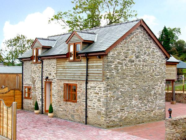 THE OLD BARN, family friendly, luxury holiday cottage, with hot tub in Bishops Castle, Ref 2697 - Image 1 - Bishops Castle - rentals