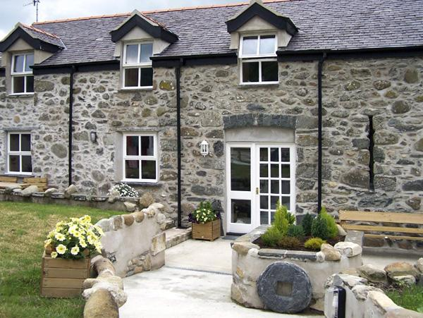 TY NANSI RHIANNON, pet friendly, character holiday cottage, with a garden in Rowen, Ref 1638 - Image 1 - Rowen - rentals
