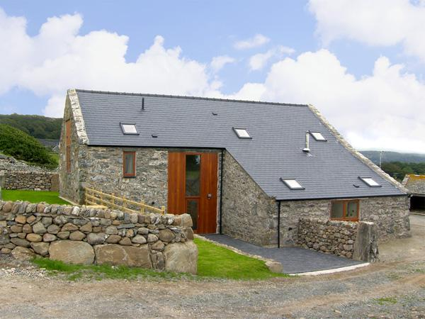 YSGUBOR, pet friendly, character holiday cottage, with a garden in Llandanwg, Ref 3624 - Image 1 - Llandanwg - rentals