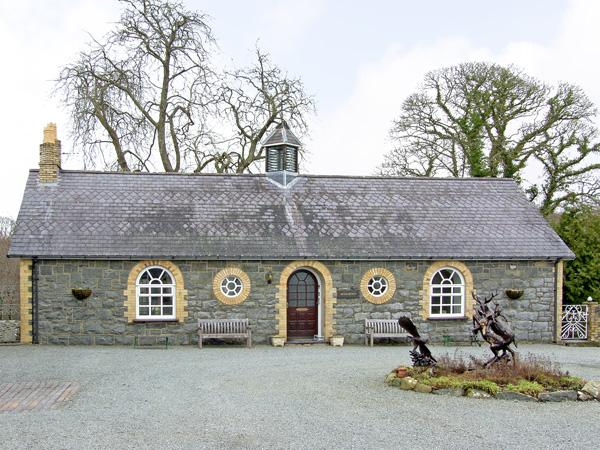 WOODBERRY, pet-friendly, character holiday cottage, with a garden in Talhenbont Hall Country Estate, Ref 382 - Image 1 - Chwilog - rentals
